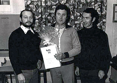 Předseda oddílu Fr. Valnoha (vlevo) a J. Crha hráč TJ a hlavní organizátor předává ocenění nejlepšímu hráči VII. turnaje neregistrovaných J. Majdanovi